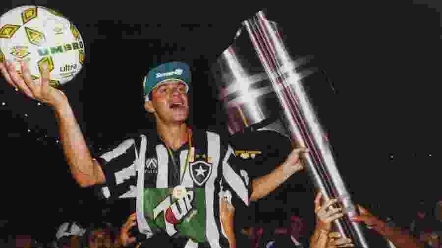 Campeonato Brasileiro,1995: Santos 1x1 Botafogo: Túlio com a bola do jogo e a taça comemora a conquista do Campeonato Brasileiro. (Foto: Ormuzd Alves/Folhapress - Negativo: SP 20263-1995) - Ormuzd Alves-17.dez.1995/Folhapress