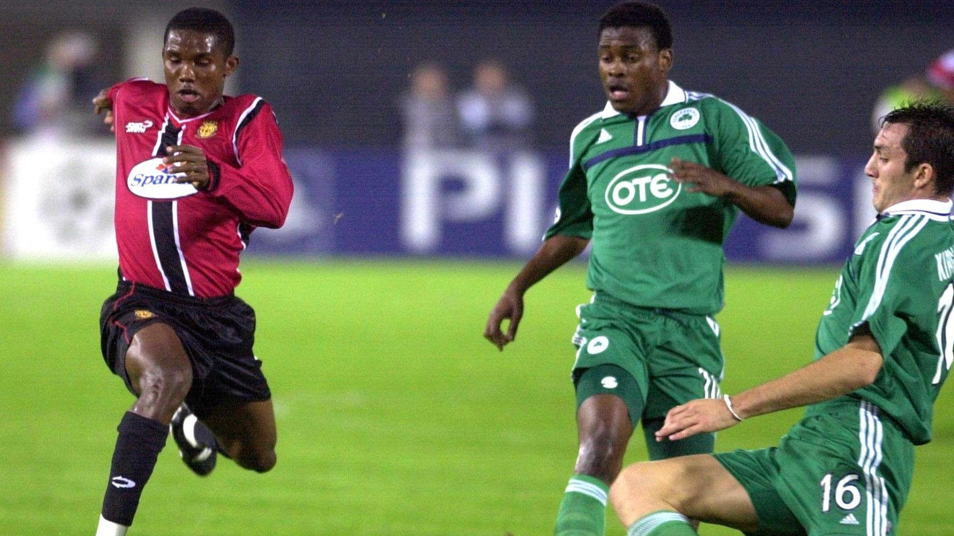 Mallorca's Samuel Etoo of Cameroon (L) powers past Panathinaikos Athens players Derek Boateng (C) of Ghana and Sotiris Kirjakos (R) during their UEFA Champions League match at the Son Moix Stadium in Palma de Mallorca 30 October 2001. AFP PHOTO/OSCAR PIPKIN