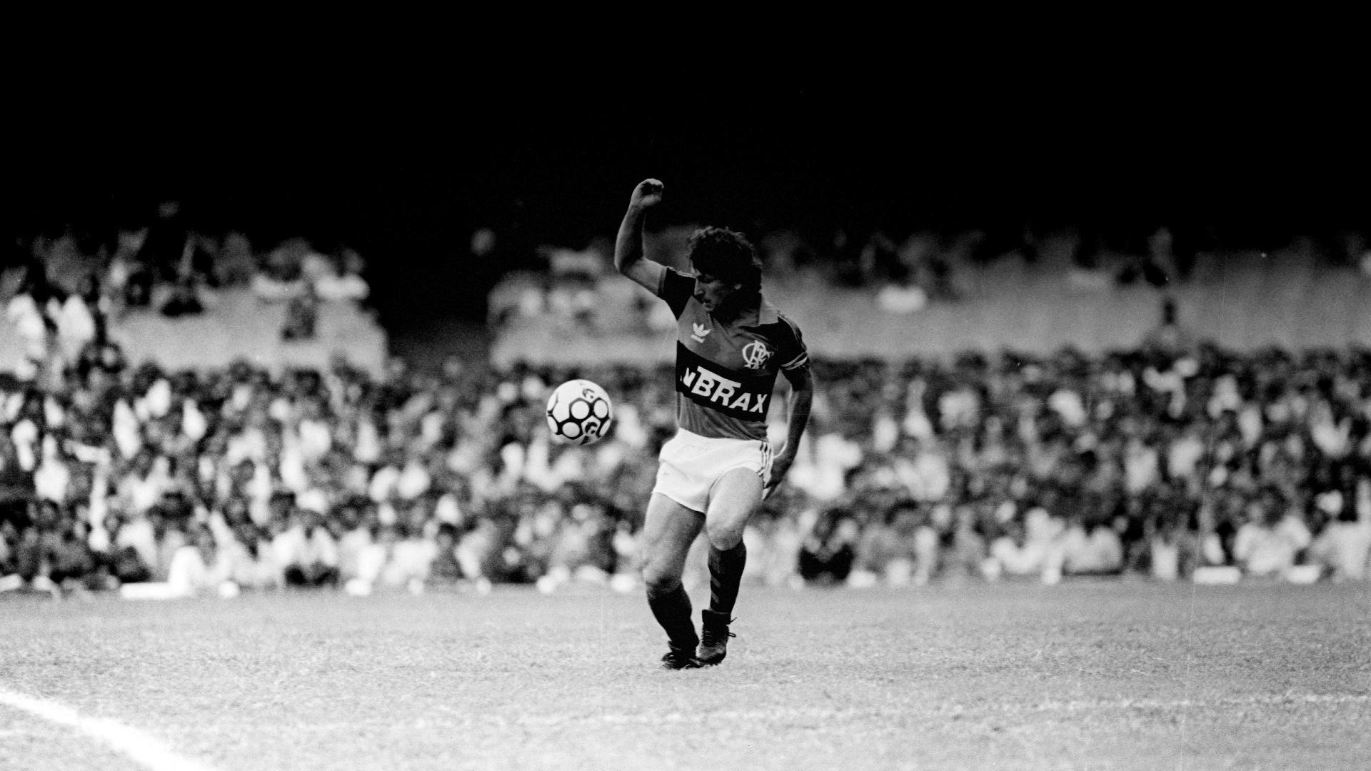 O atacante Zico domina a bola durante a partida do Flamengo contra o Santos FC. (Rio de Janeiro, RJ, 15.10.1988. Foto de Homero Sérgio/Folhapress)