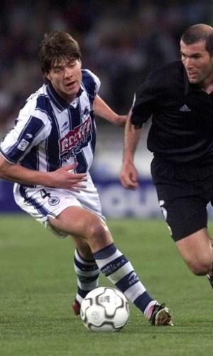 Xabi Alonso tenta marcar Zidane