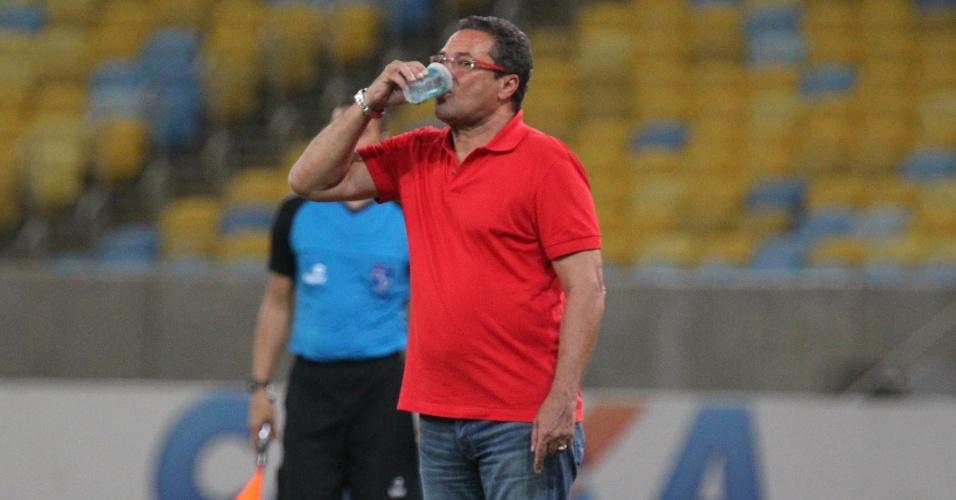 11 fev. 2015 - Luxemburgo bebe água enquanto observa partida do Flamengo contra Cabofriense
