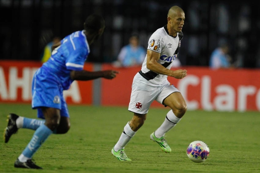 Nei foi aplaudido pela torcida do Vasco após sua boa atuação diante do Macaé em São Januário