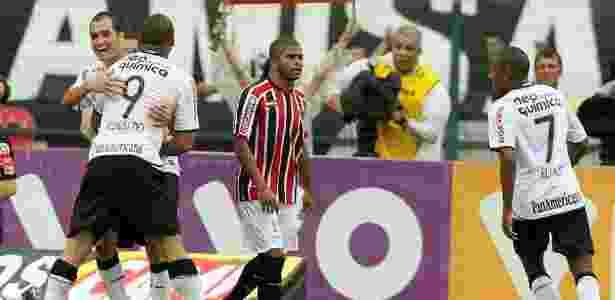 Danilo celebra com Ronaldo gol pelo Corinthians na temporada de estreia, em 2010 - Flávio Florido/UOL - Flávio Florido/UOL