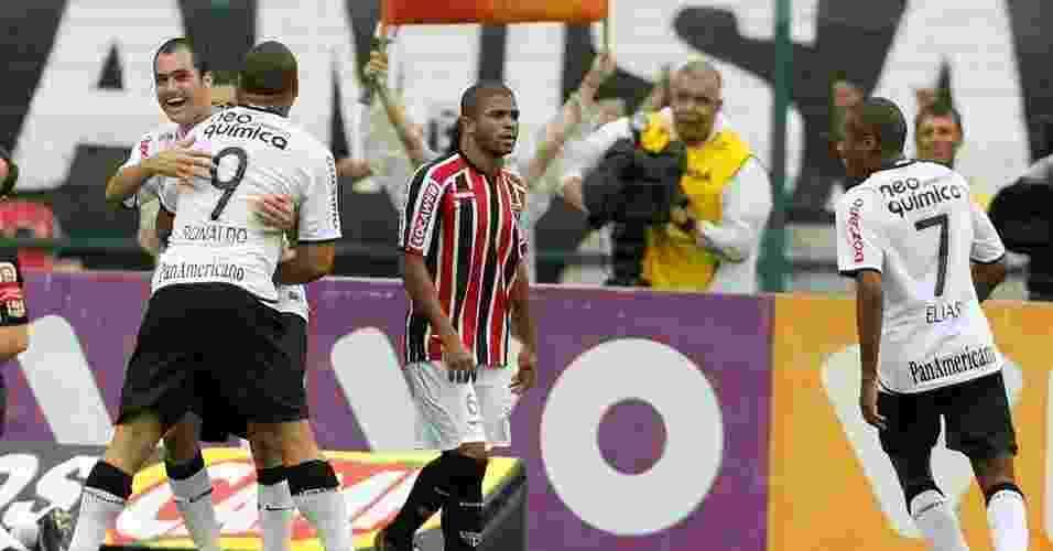 28.mar.2010 - Danilo comemora com Ronaldo ao marcar um gol para o Corinthians na vitória sobre o São Paulo por 4 a 3 pelo Paulistão - Flávio Florido/UOL