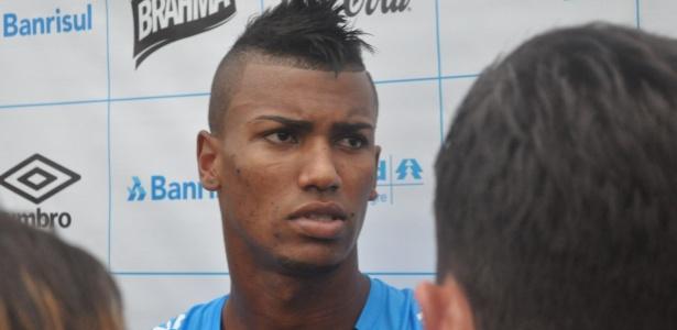Volante Walace concede entrevista coletiva no CT Luiz Carvalho, do Grêmio