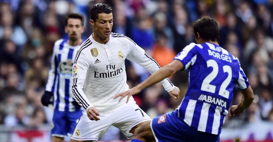 Cristiano Ronaldo tenta jogada em partida do Real Madrid contra o La Coruña pelo Campeonato Espanhol