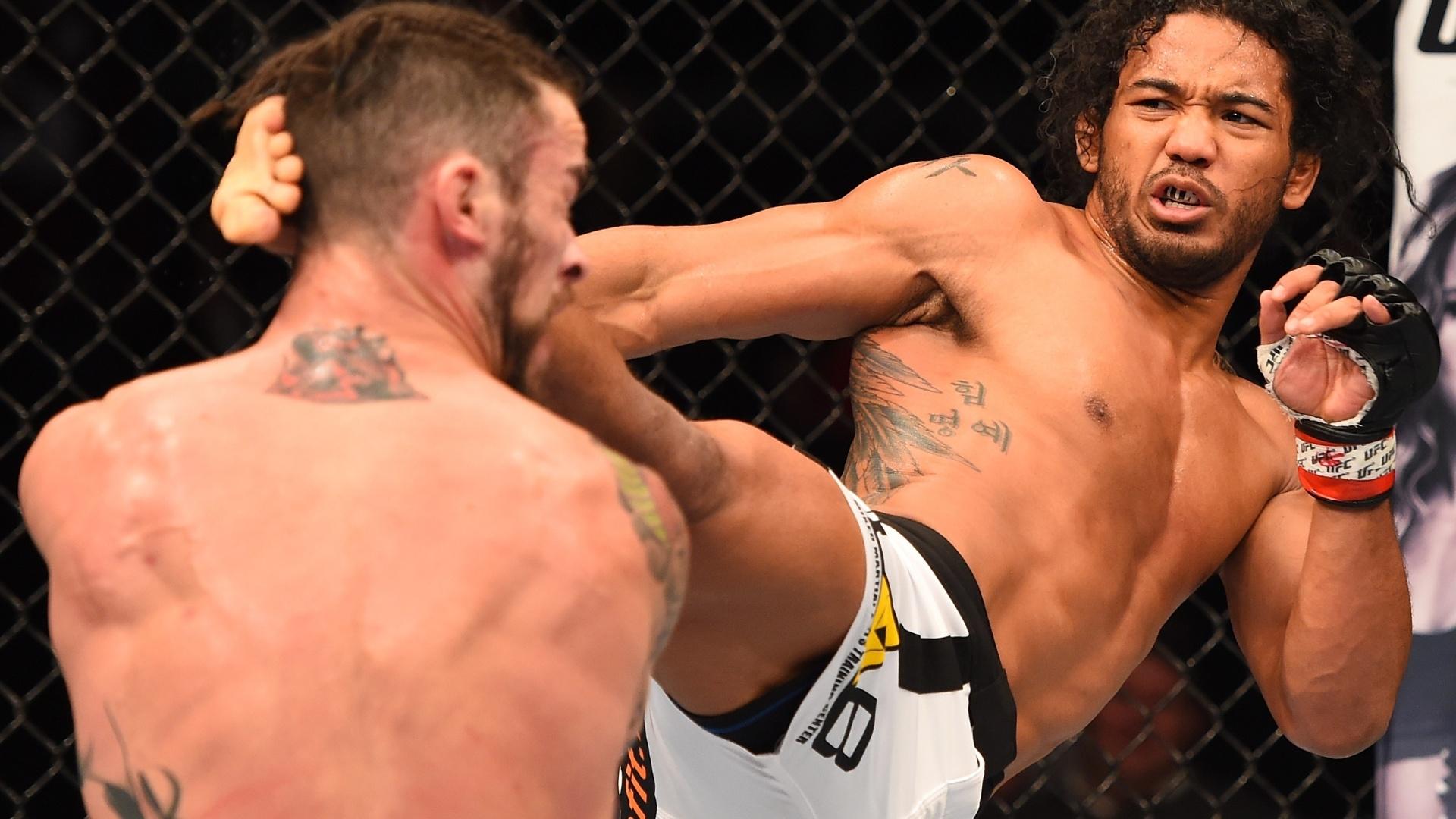 14.fev.2015 - Benson Henderson acerta chute em Brandon Thatch em sua vitória no UFC no Colorado