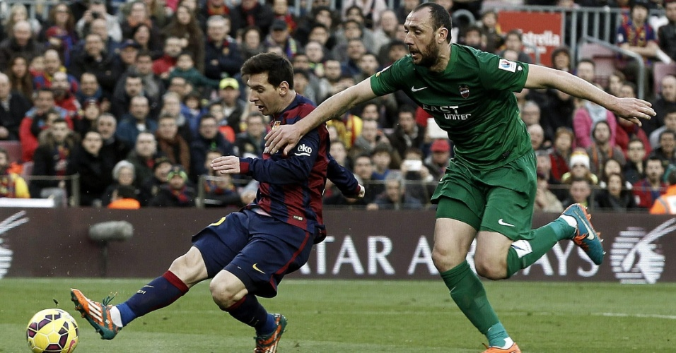 Messi chuta para fazer o segundo gol do Barcelona na vitória sobre o Levante