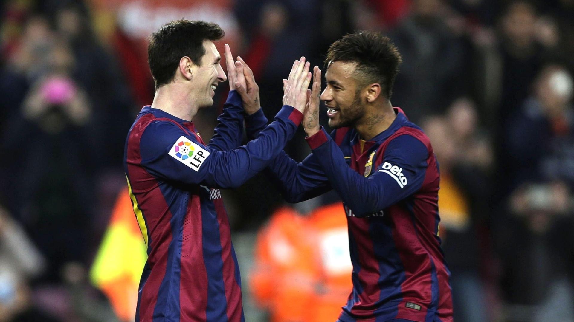 Messi comemora com Neymar o seu terceiro gol na partida