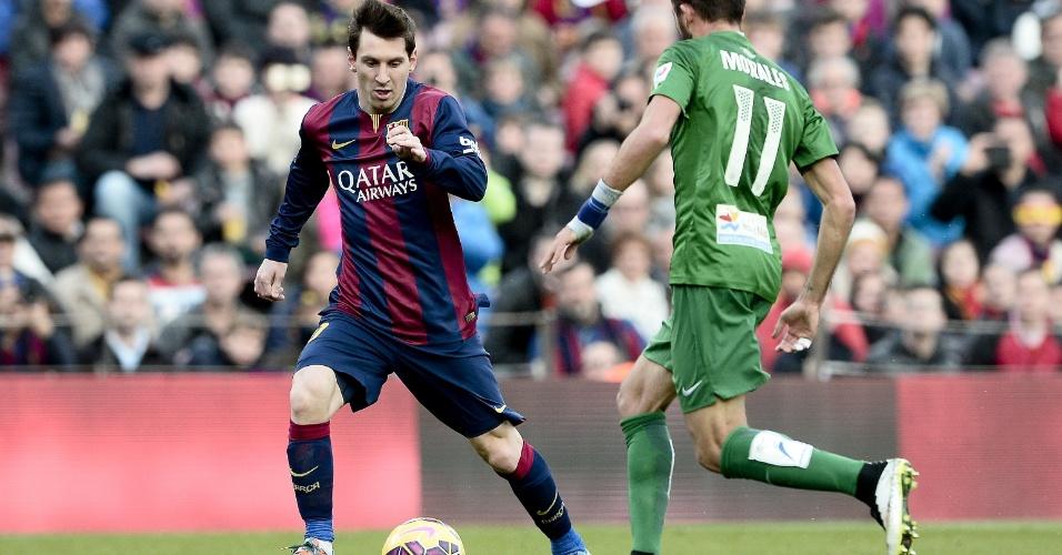 Messi encara a marcação de jogador do Levante em partida no Camp Nou