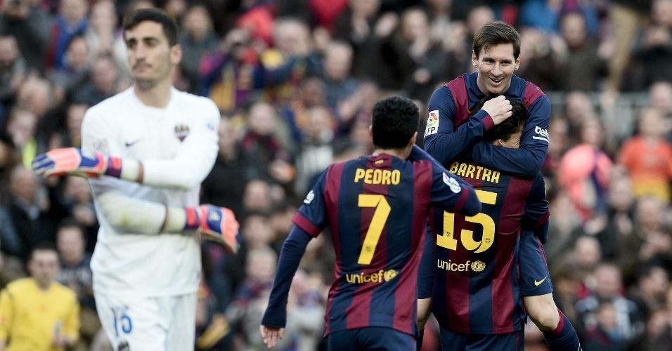 Messi recebe os abraços dos companheiros após anotar o gol