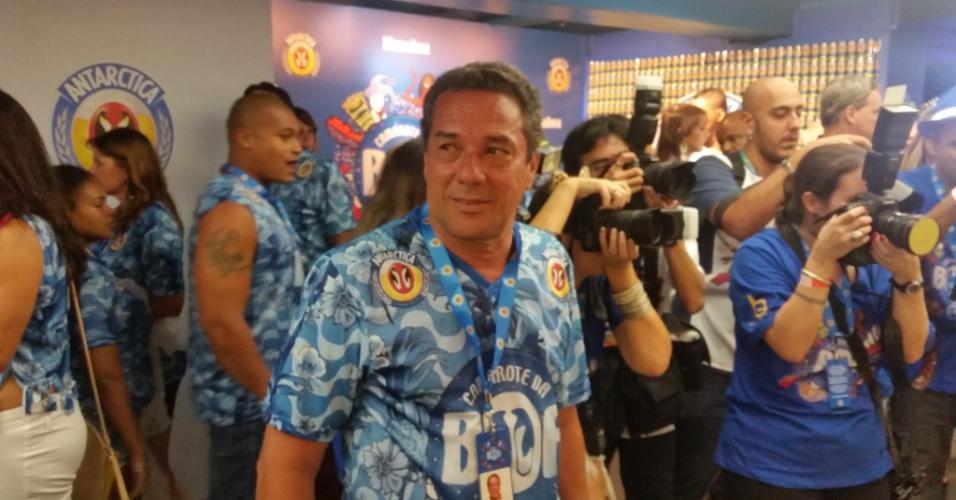16.fev.2015 - O técnico Vanderlei Luxemburgo esteve presente no desfile das escolas de samba do Rio
