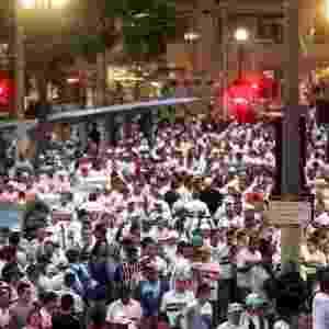 Torcedores do São Paulo lotam centro da capital antes do embarque em direção ao Itaquerão - Avener Prado/ Folhapress