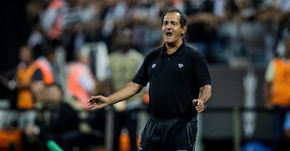 Muricy Ramalho, técnico do São Paulo, orienta sua equipe no clássico contra o Corinthians, no Itaquerão