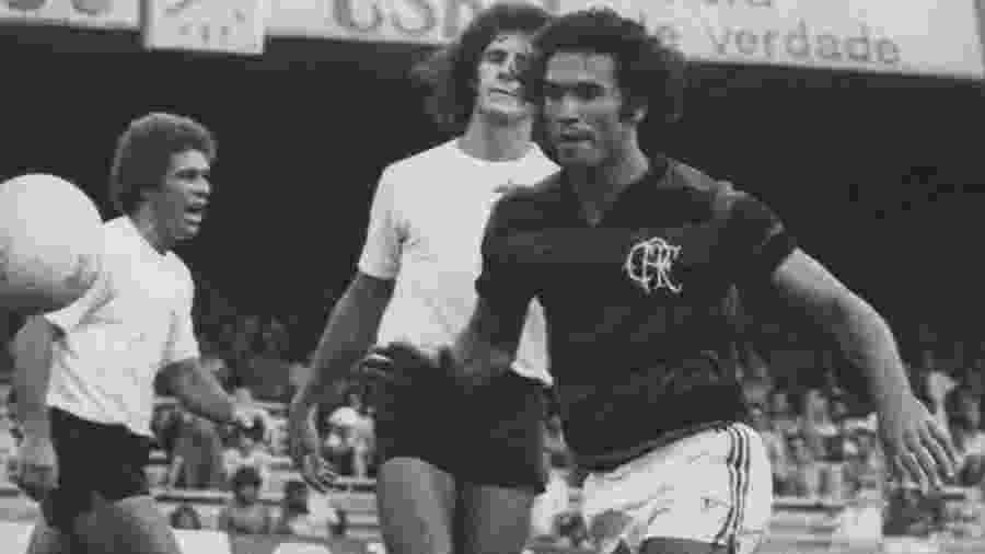 """Rondinelli em ação pelo Flamengo em 1976. Ex-zagueiro se tornou o """"Deus da Raça"""" - Folhapress"""