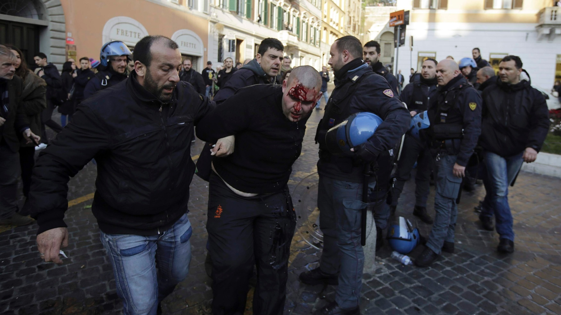 Torcedor ferido é detido após confronto com policiais italianos