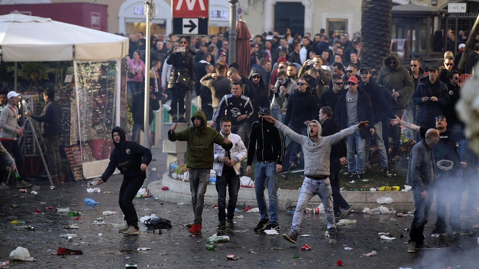 Torcedores do Feyenoord provocam policiais em tradicional praça italiana