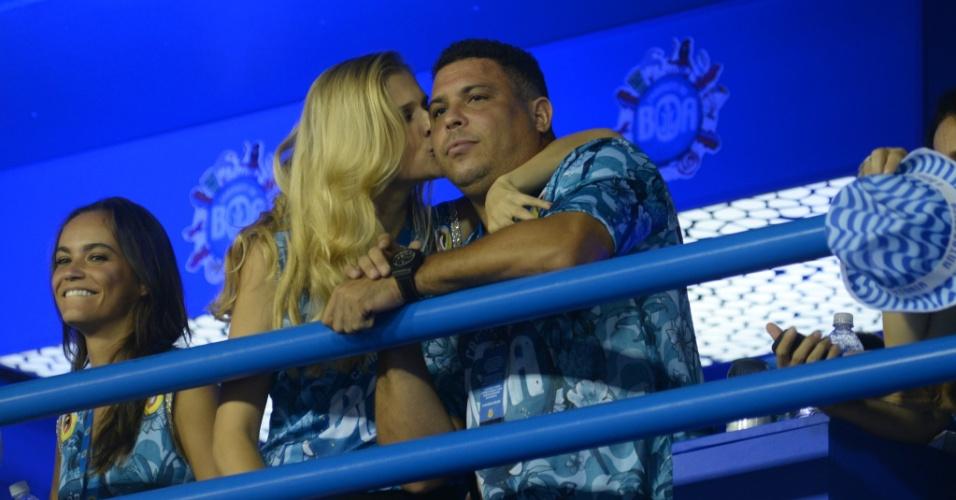 21.fev.2015 - Ronaldo assiste o desfile das campeãs do Rio ao lado da nova namorada, Celina