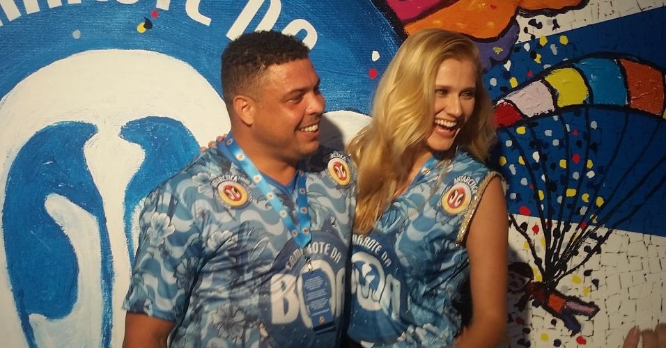 21.fev.2015 - Ronaldo vai à Sapucaí acompanhado da nova namorada, a modelo Celina Locks