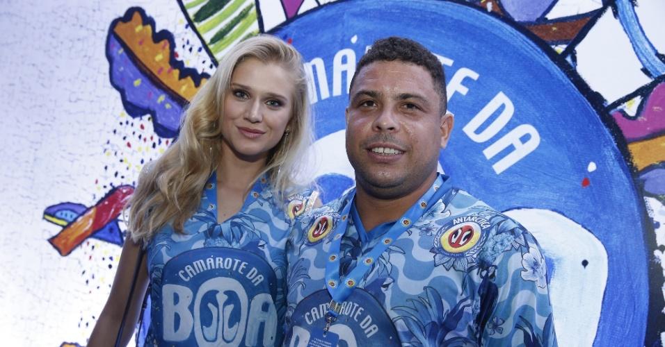 22.fev.2015 - Ronaldo Fenômeno chegou à Sapucaí acompanhado da nova namorada, Celina