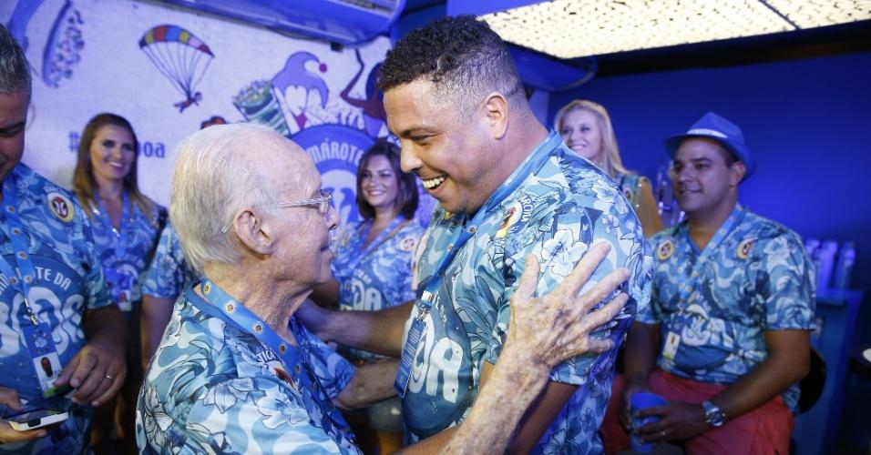 22.fev.2015 - Zagallo abraça Ronaldo durante desfile das campeãs do Rio