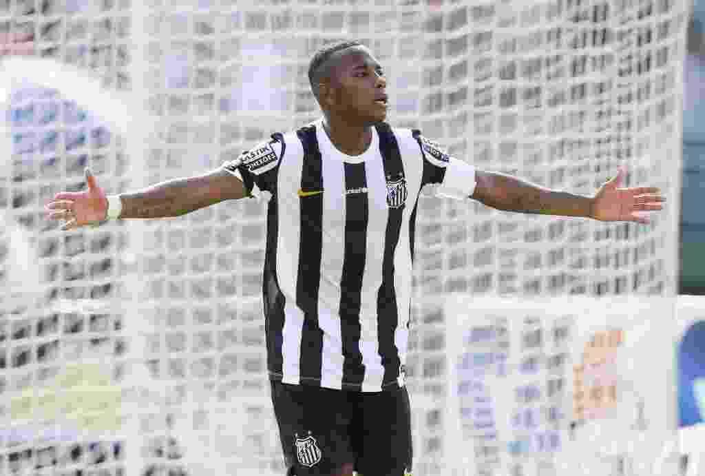Em tarde inspirada, Robinho comemora um de seus gols pelo Santos contra a Portuguesa - Rubens Cavallari/Folhapress