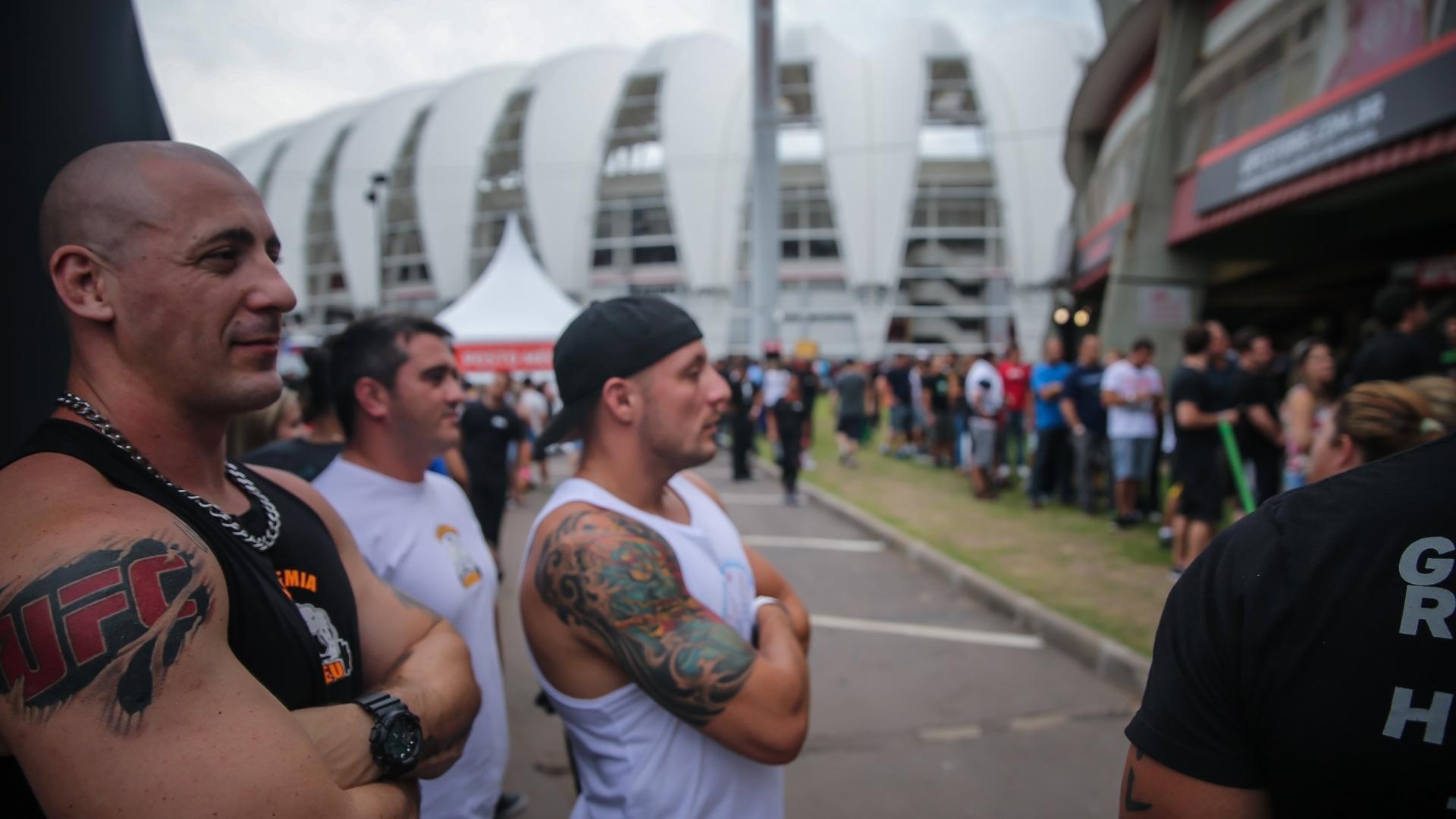 Fortão com tatuagem do UFC no braço vai ao Gigantinho conferir a primeira edição do evento em Porto Alegre. Pezão encara o ex-campeão Mir na luta principal