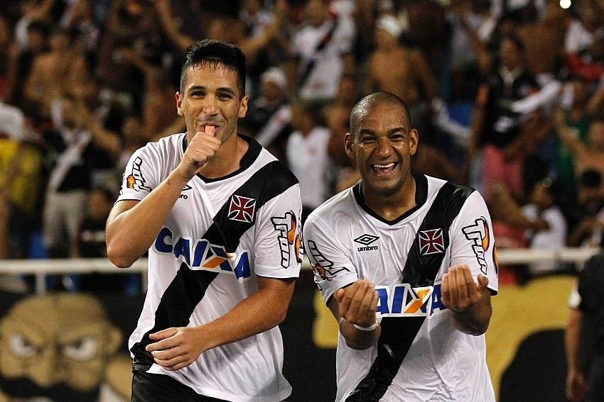 Luan (esquerda) comemora seu gol pelo Vasco ao lado de zagueiro Rodrigo