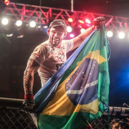 """Santiago Ponzinibbio comemora a vitória. O """"argentino gente boa"""" venceu por pontos Sean Strickland e agora tem dois triunfos seguidos no UFC - Jefferson Bernardes/inovafoto"""