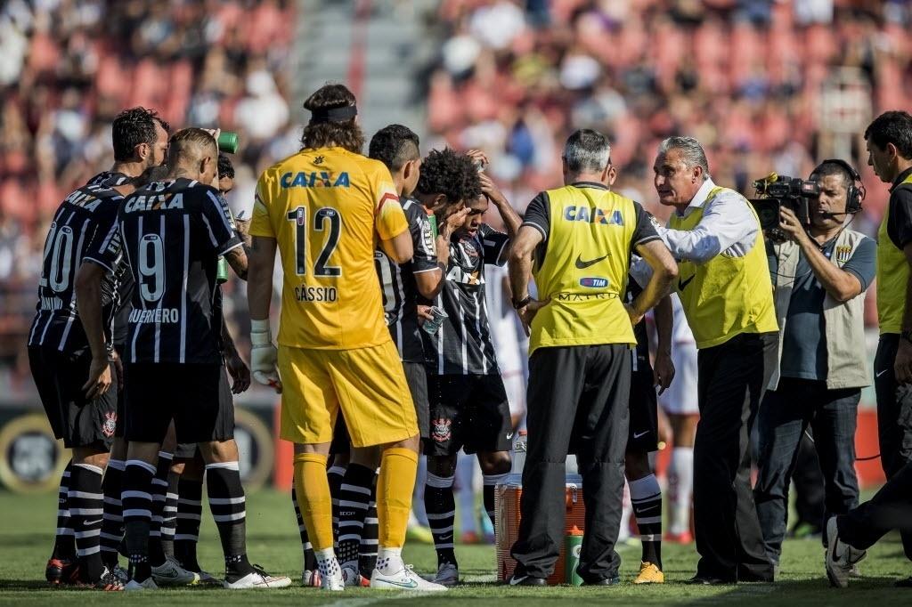 Tite orienta time do Corinthians durante parada técnica para reidratação no jogo em Itu