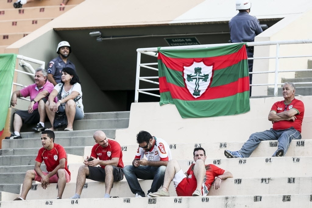 Torcedores da Portuguesa cabisbaixos após vitória do Santos por 3 a 1 no Pacaembu