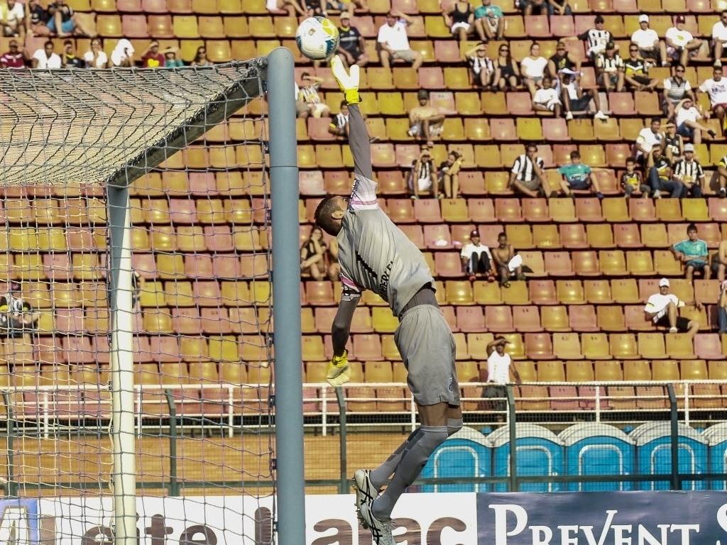 Vanderlei, goleiro do Santos, faz bela defesa em chute da Portuguesa