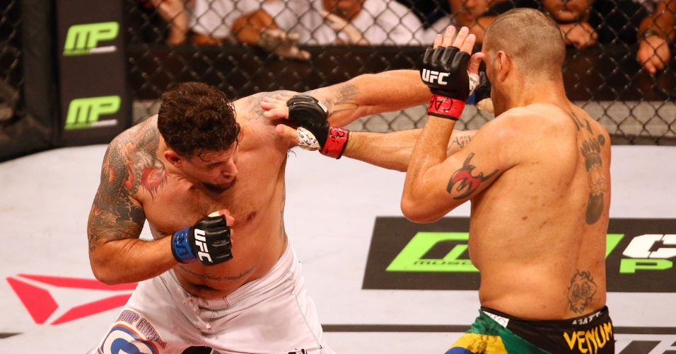 Frank Mir aplica o cruzado que pegou na lateral da cabeça de Pezão e começou o nocaute, derrotando o paraibano em Porto Alegre