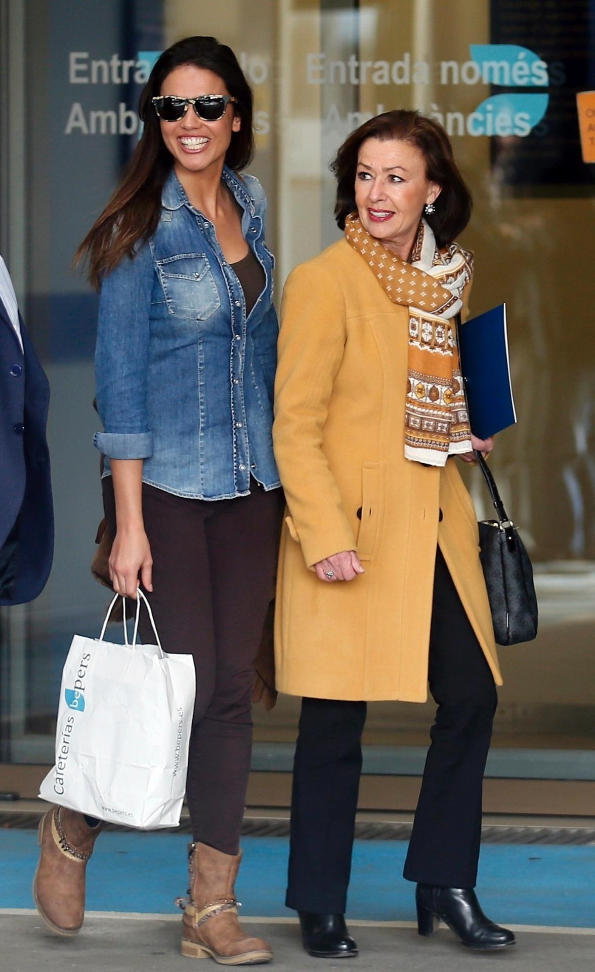 25.fez.2015 - Lara Alvarez (e), namorada de Fernando Alonso, e Ana Diaz (d), mãe do piloto, deixam hospital de Barcelona após o espanhol receber alta. Ele estava internado desde domingo devido a um grave acidente durante os testes da Fórmula 1
