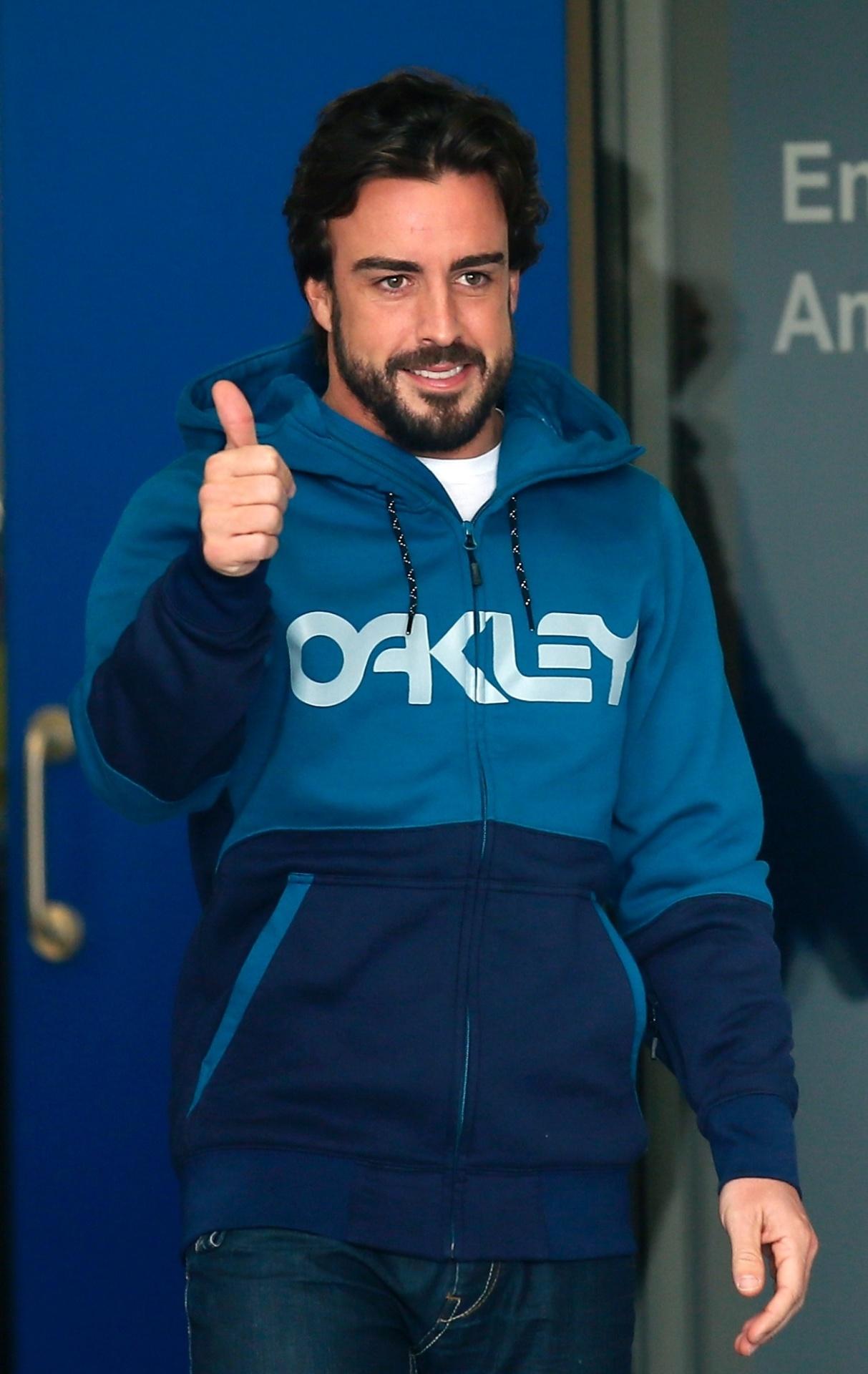 25.fez.2015 - O piloto espanhol Fernando Alonso recebeu alta nesta quarta-feira e deixou o hospital de Barcelona onde estava internado desde o último, quando sofreu um grave acidente durante os treinos de pré-temporada da Fórmula 1