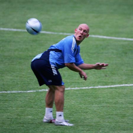 Thomas Gravesen, volante do Real Madrid, faz graça durante treinamento do time em Pequim, em 2005 - Cancan Chu/Getty Images
