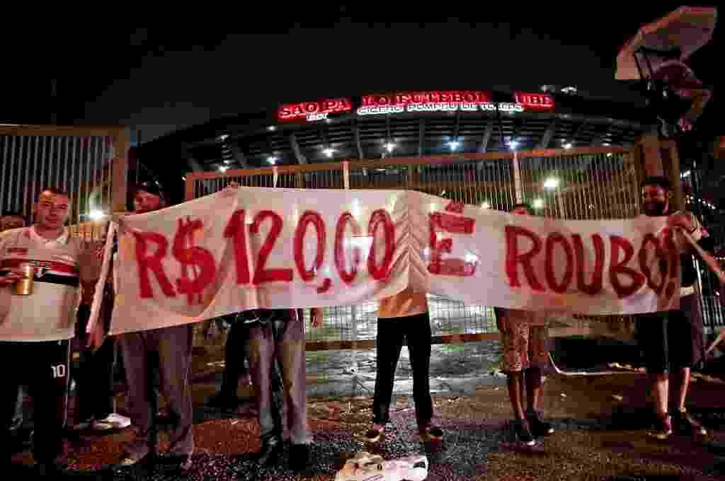 Torcedor do São Paulo protesta contra preço do ingresso no jogo da Libertadores - Ernresto Rodrigues/Folhapress