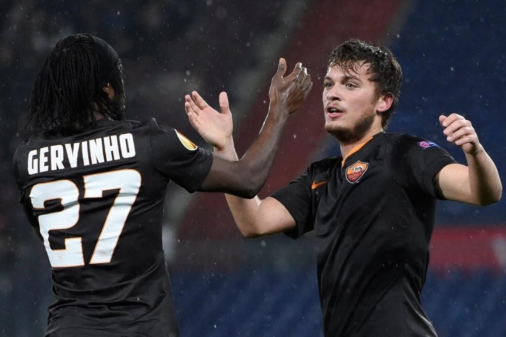 Gervinho comemora do Ljajic primeiro gol da Roma contra o Feyenoord