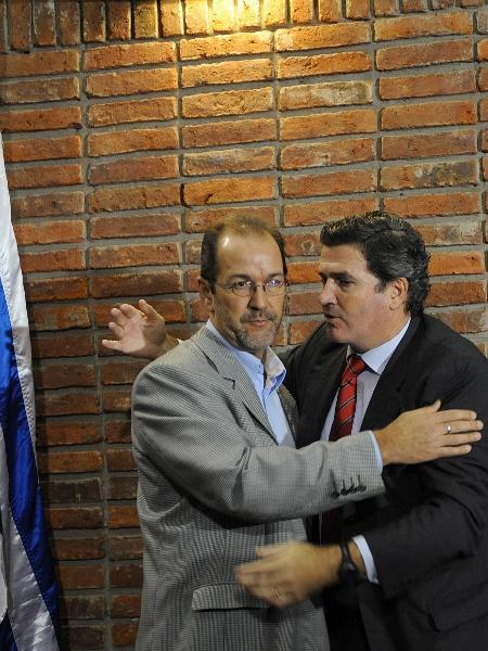 Hugo de León (à esq.), quando tentou se eleger como vice-presidente do Uruguai na chapa de Pedro Bordaberry - Miguel Rojo-16.jul.2009/AFP