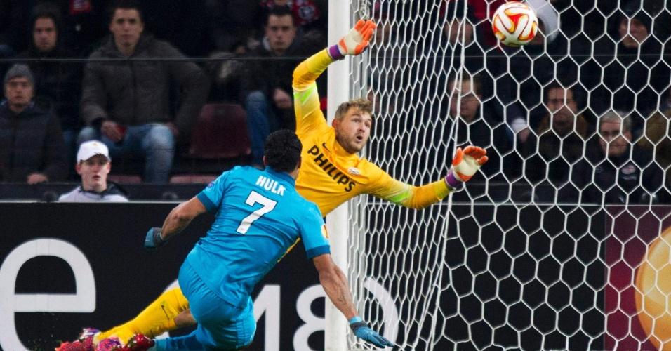 Hulk chuta para marcar  no começo do segundo tempo da partida válida pela Liga Europa