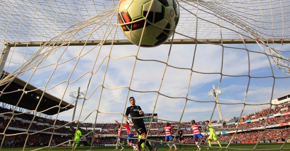 Bola balança a rede no gol de Suárez, o segundo do Barcelona contra o Granada
