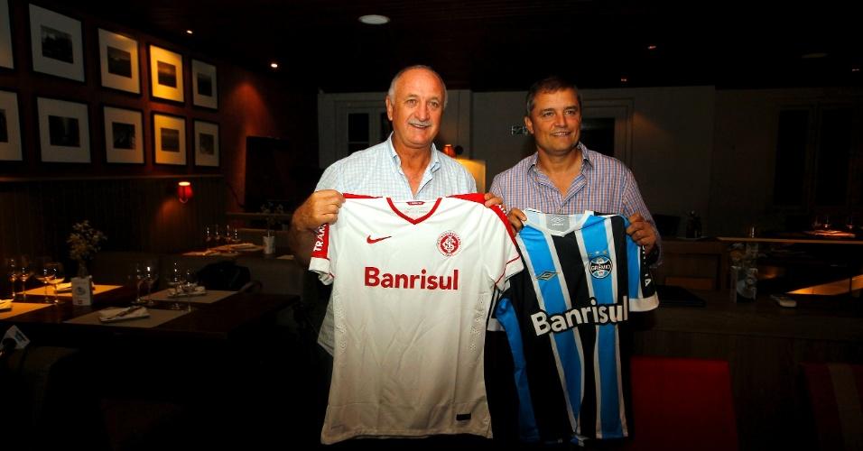 Luiz Felipe Scolari e Diego Aguirre posam com camisas de Grêmio e Inter em jantar de confraternização