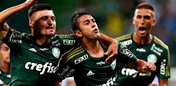 Robinho (centro) comemora o último gol de falta anotado pelo Palmeiras...lá em 2015