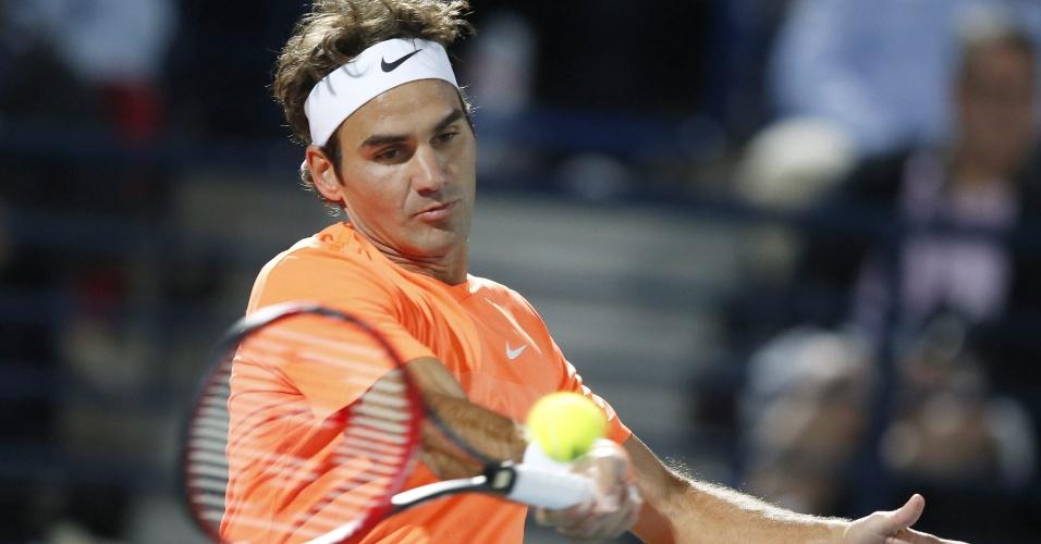 Roger Federer acerta forehand em duelo com Novak Djokovic na final do ATP 500 de Dubai