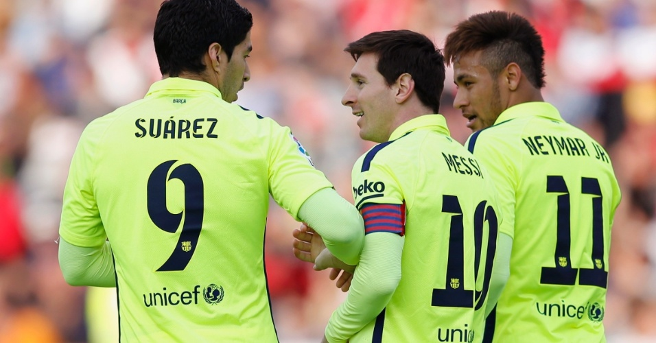Suaréz e Neymar comemoram com Messi o gol do argentino contra o Granada