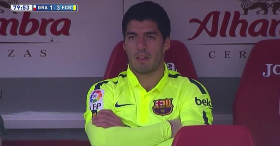 Uruguaio Luis Suárez se irrita ao ser substituído no duelo entre Barcelona e Granada pelo Campeonato Espanhol