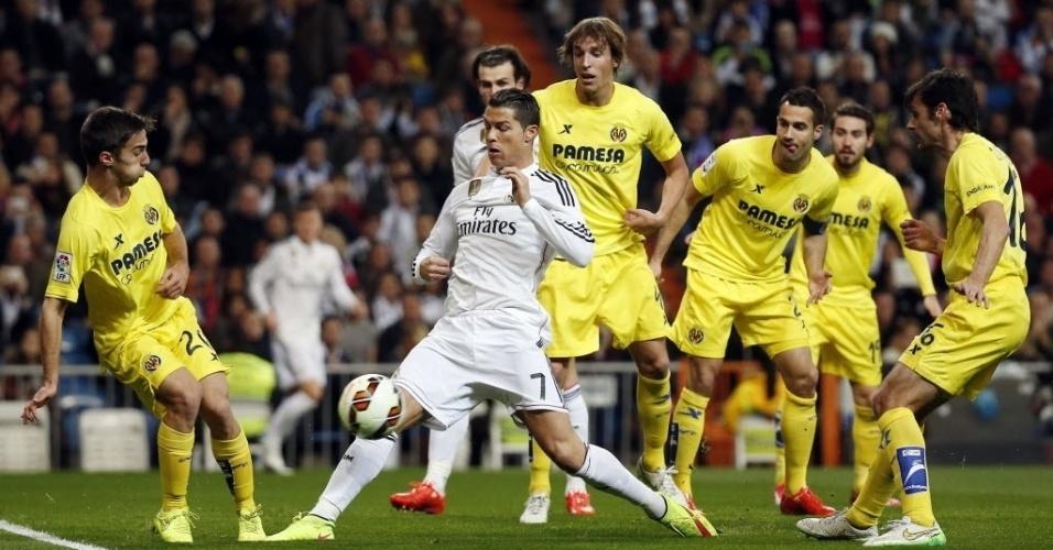 01.mar.2015 - Cristiano Ronaldo disputa bola com Sergio Marcos (esq.) em partida do Real Madrid contra o Villarreal, pelo Campeonato Espanhol