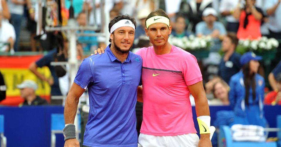 01.mar.2015 - Juan Monaco (e) e Rafael Nadal posam antes da final do Torneio de Buenos Aires. Espanhol venceu e conquistou seu primeiro título em 2015