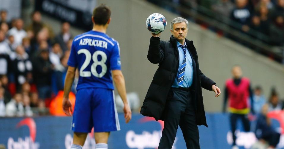 José Mourinho entrega a bola ao lateral espanhol do Chelsea Azpicuelta 4b2990a223326