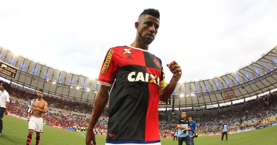 Léo Moura deixa o gramado do Maracanã em sua última partida oficial pelo Flamengo